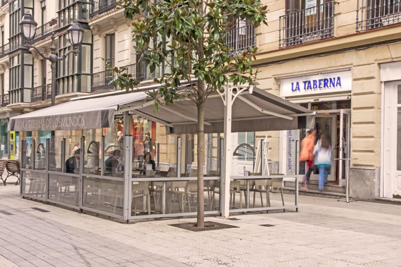 Terraza de la Taberna de los Mundos en Bilbao.