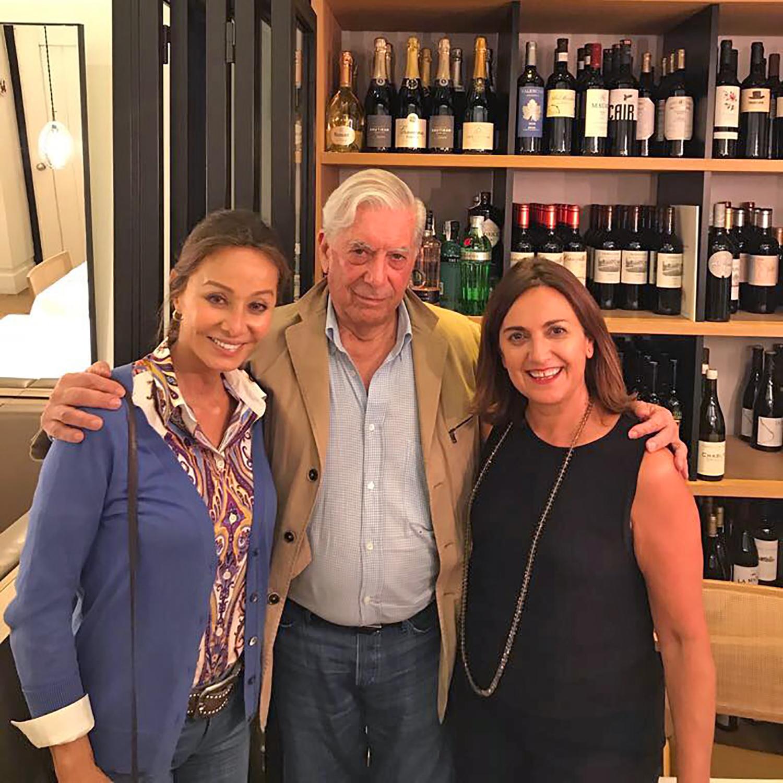 Isabel Preysler y Mario Vargas Llosa con Amaia Zapirain