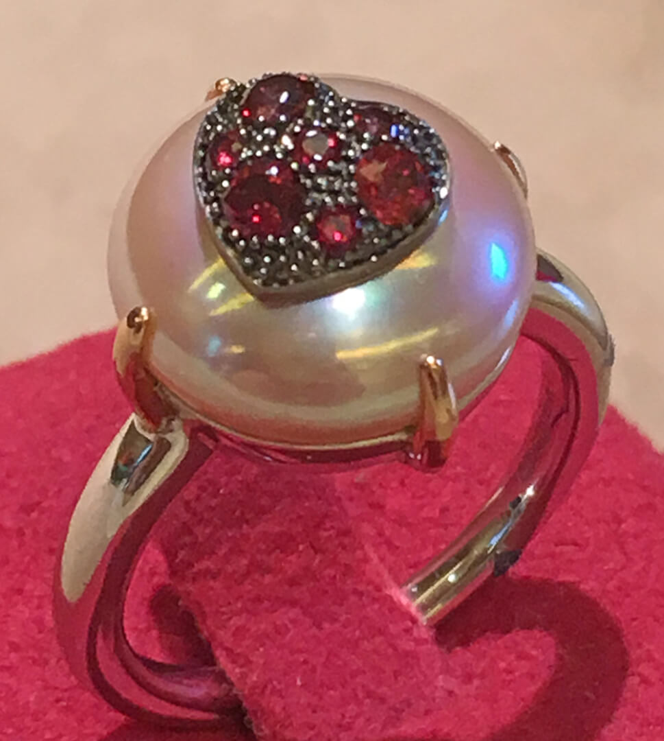 Charm de perla con oro y rubís
