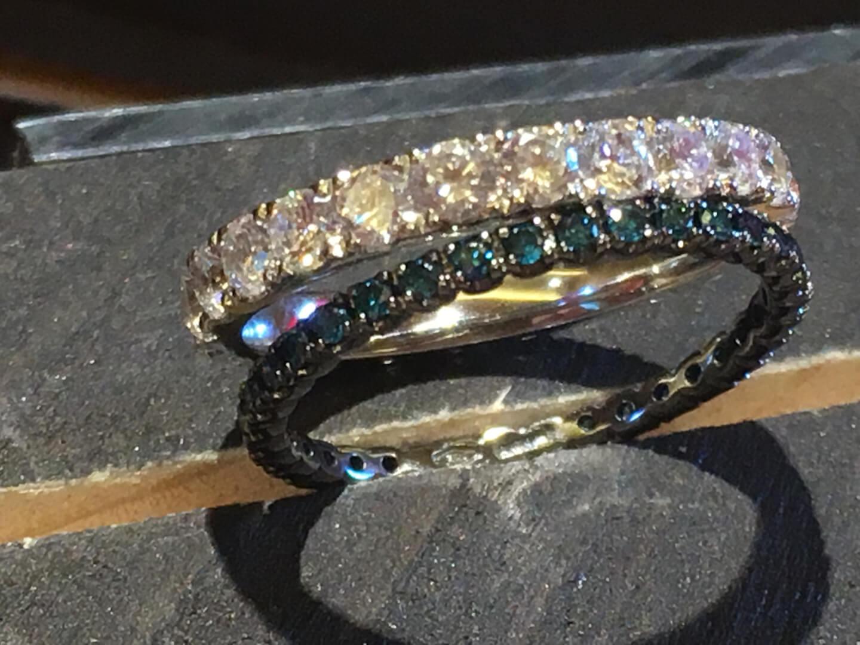Diamantes azules y blancos.