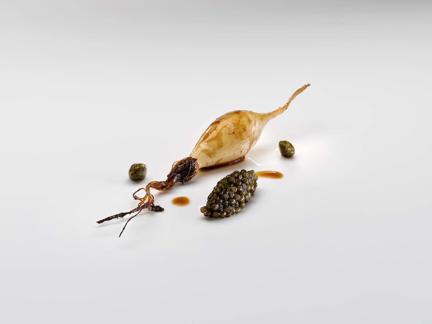 Chalota en manteca tostada, alcaparras y caviar (Foto José Luis López de Zubiria)