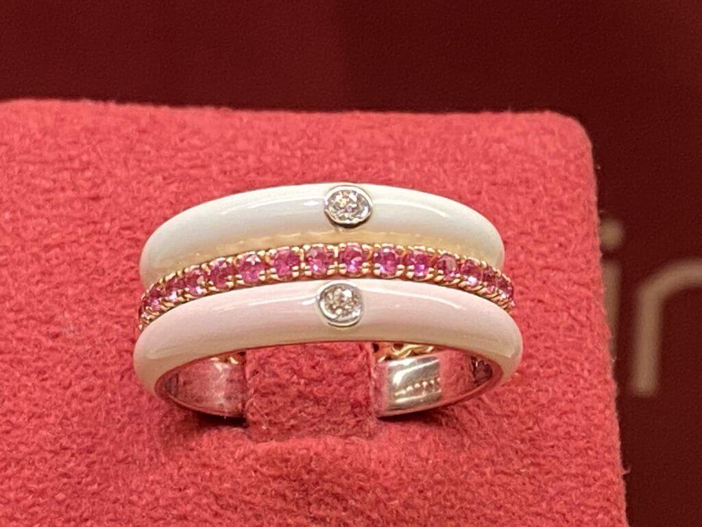 Alianza esmalte blanca y rosa con alianza de zafiros rosas