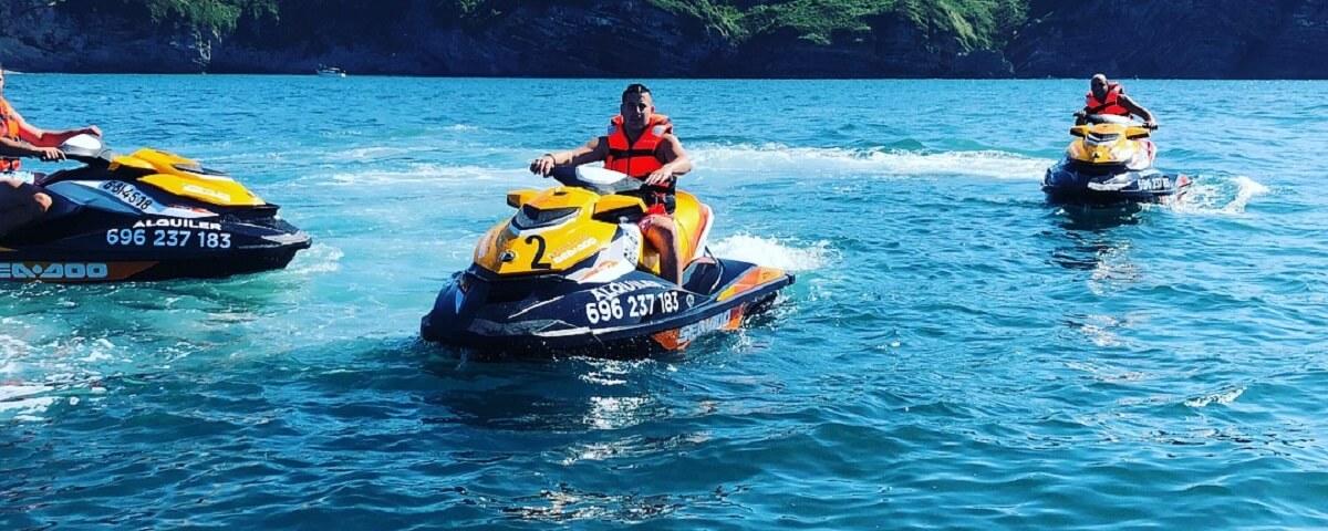 Motos acuáticas en la costa de Getxo