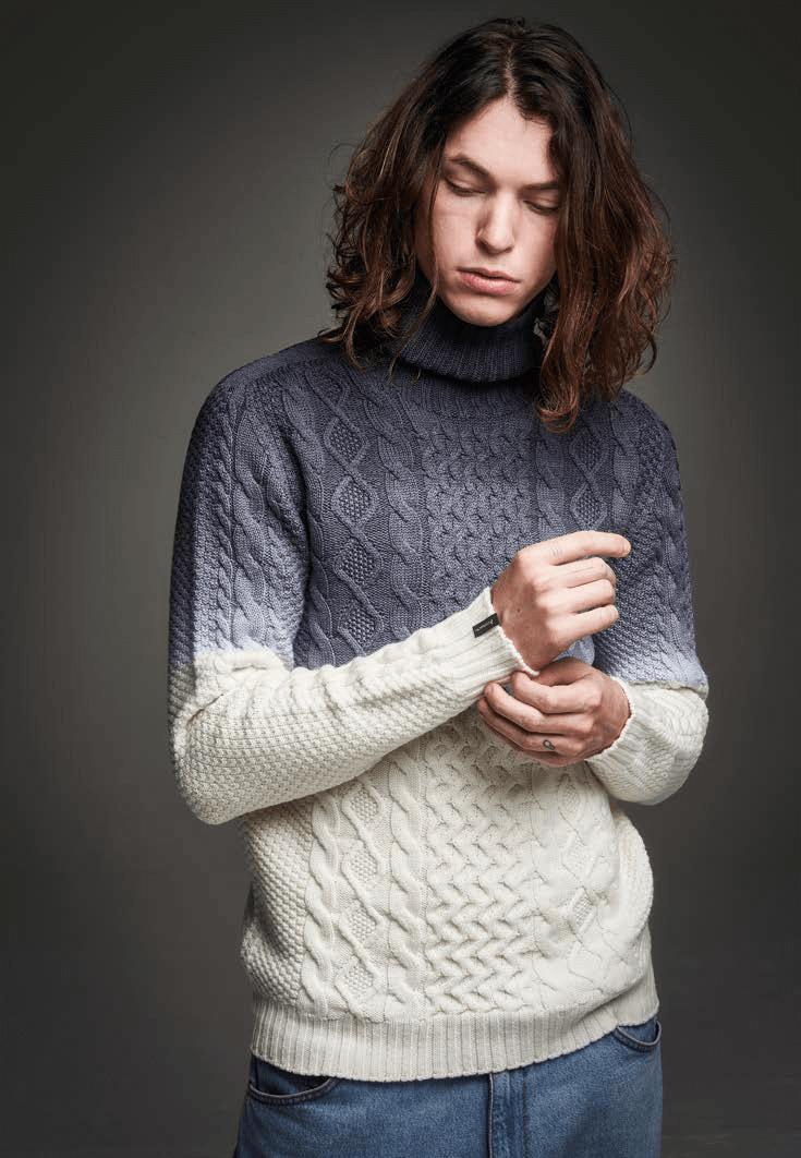Gerardo Bilbao (Licenciado Poza 25) jersey de cuello vuelto 100% lana merino extrafino de 5 cabos degradado en color blanco y gris antracita. Made in Italy por Arovescio, de venta en exclusiva en Gerardo. PVP: 294€